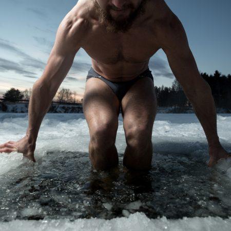 Se baigner dans une eau glacée : la méthode Wim Hof !
